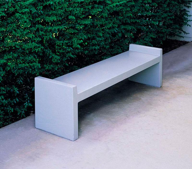 Бетонная уличная скамейка с простым дизайном.