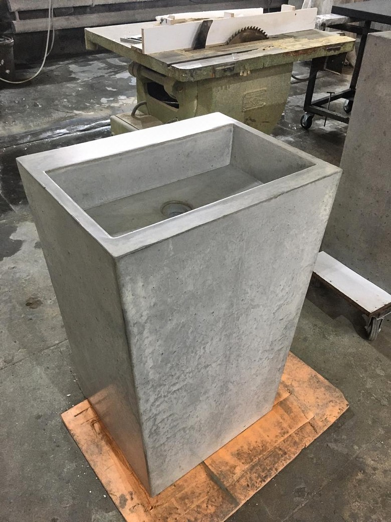 Раковина из бетона напольная с тумбой. Очень прочная конструкция.
