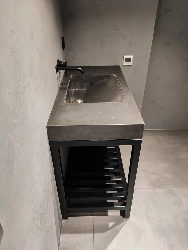 Раковина бетонная с металлическим подстольем.